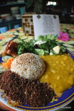 As refeições são vegetarianas, coloridas, variada e deliciosa. Os momentos que precedem a alimentação também envolvem cantos de agradecimento pela comida.