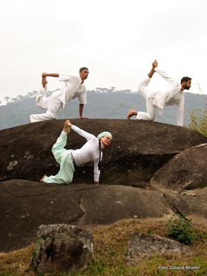É comum a utilizaçao dos elementos da própria natureza para a prática da yoga no Ashram. Além de quieto o local