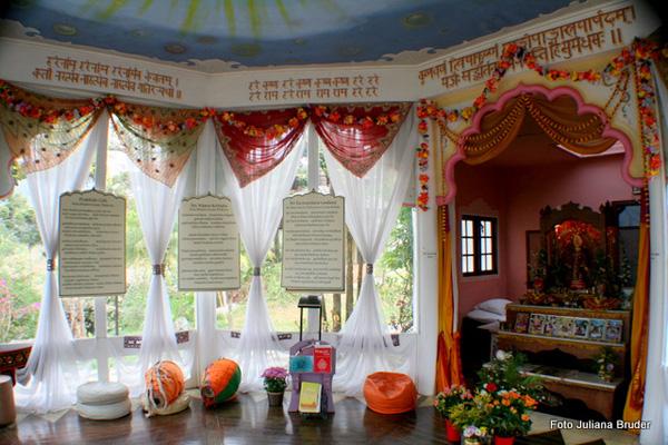 Interior do templo budista do Ashram de Campos do Jordão
