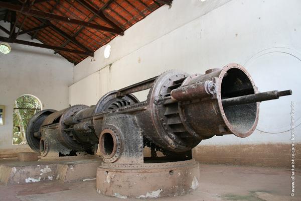 Motor antigo de geração de energia exposto no Memorial do Rio Tietê.