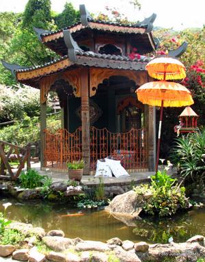 Vários simbolos da arquitetura e cultura budista são encontrados na propriedade provocando um isolamento para com o resto do mundo.